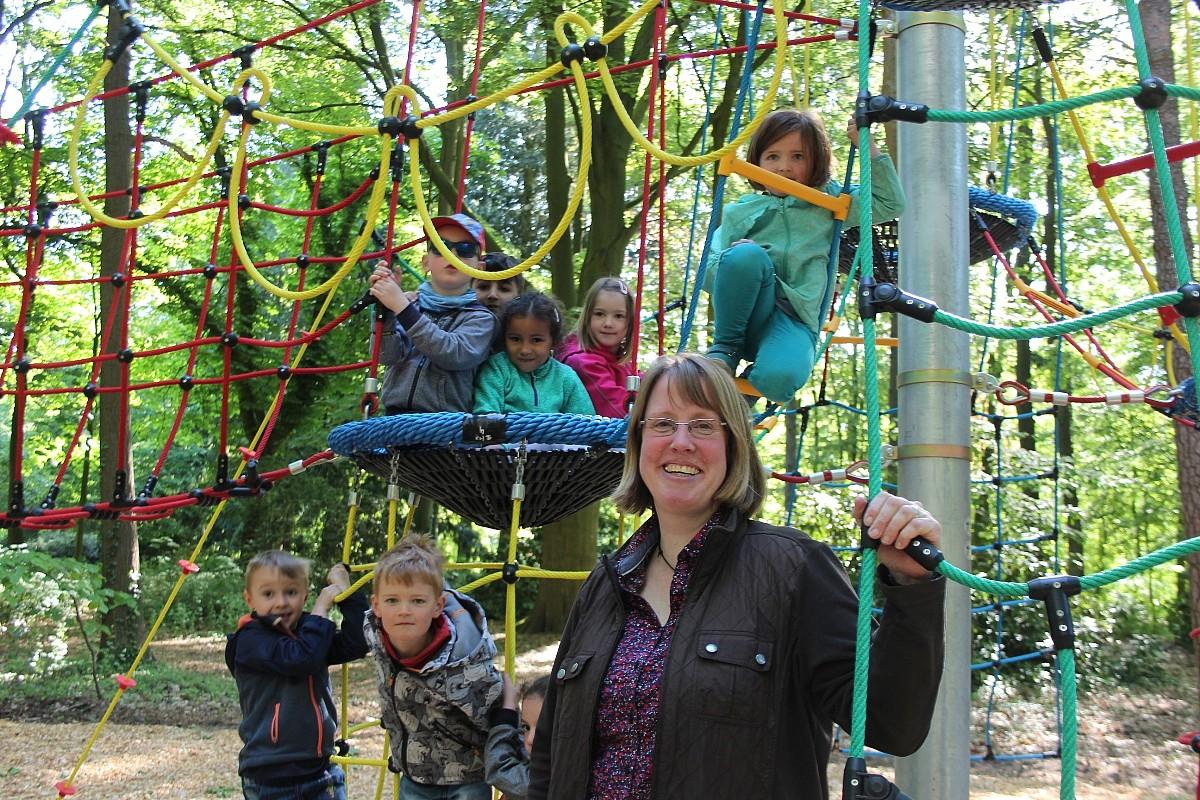 Klettergerüst Aus Seilen : Kinder spielen auf einem seil klettergerüst im kelvingrove park